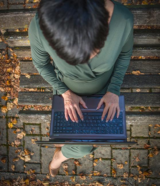 Francesca Tifi, Assistente Virtuale, lavora al PC